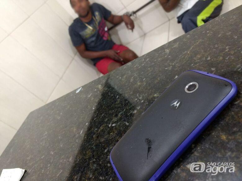 Rapaz é flagrado com celular furtado no Centro - Crédito: Luciano Lopes