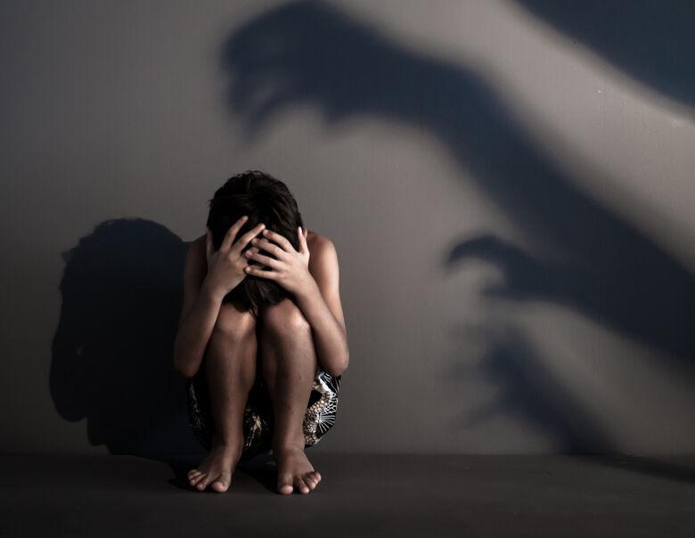 Homem é acusado de abusar sexualmente do próprio filho em cidade da região - Crédito: Ilustração