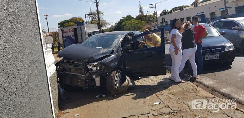 Carro bate em casa após colisão no Centro - Crédito: Leo Aiello