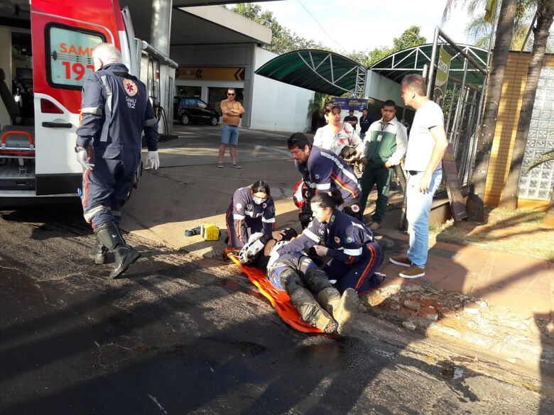 Ao entrar em posto, motociclista sofre queda - Crédito: Maycon Maximino