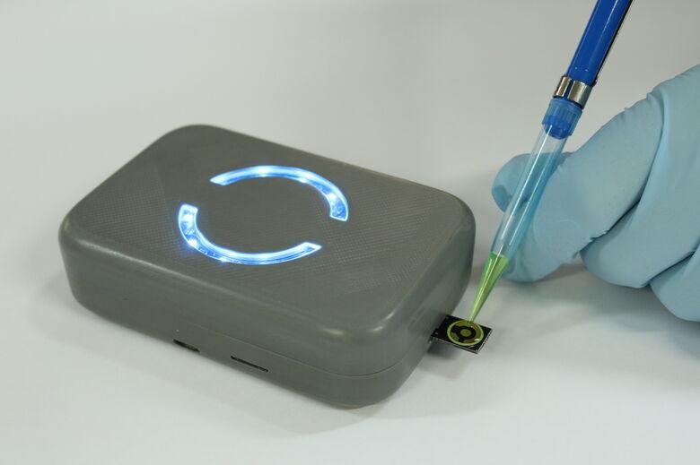 Novo dispositivo eletrônico utiliza sensor eletroquímico para verificar presença de vírus da hepatite C no sangue. - Crédito: Fotos: Henrique Fontes/SEL-USP e Cesar Lopes/PMPA