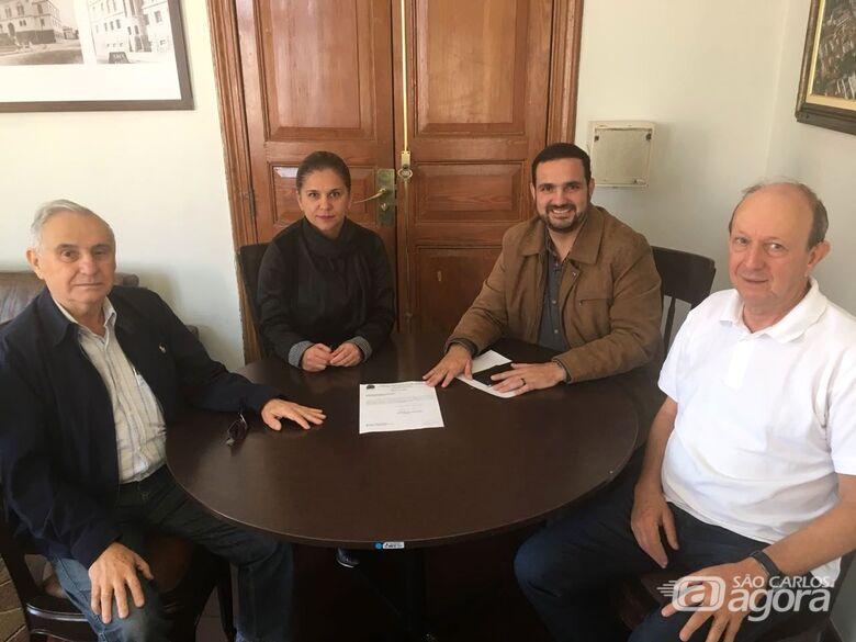 Julio Cesar e representantes da Apae - Crédito: Divulgação