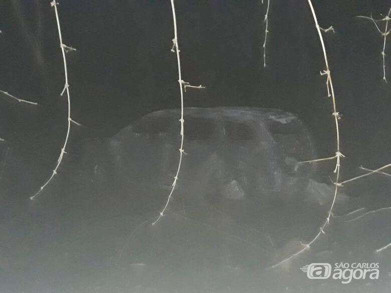 Carro é destruído por incêndio na SP-215 - Crédito: Divulgação