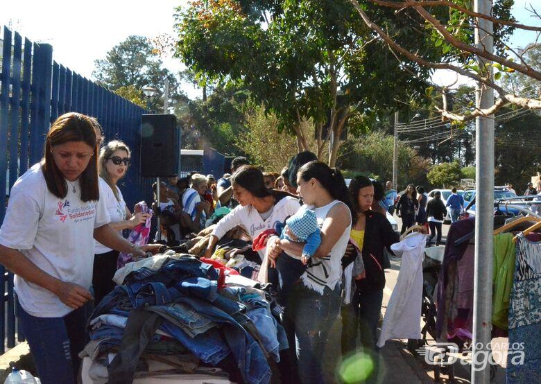 Projeto itinerante doa 2,5 mil peças de agasalhos no São Carlos 8 - Crédito: Divulgação
