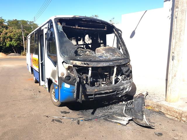 Vândalo ateia fogo em ônibus escolar em Dourado - Crédito: Blog do Ronco