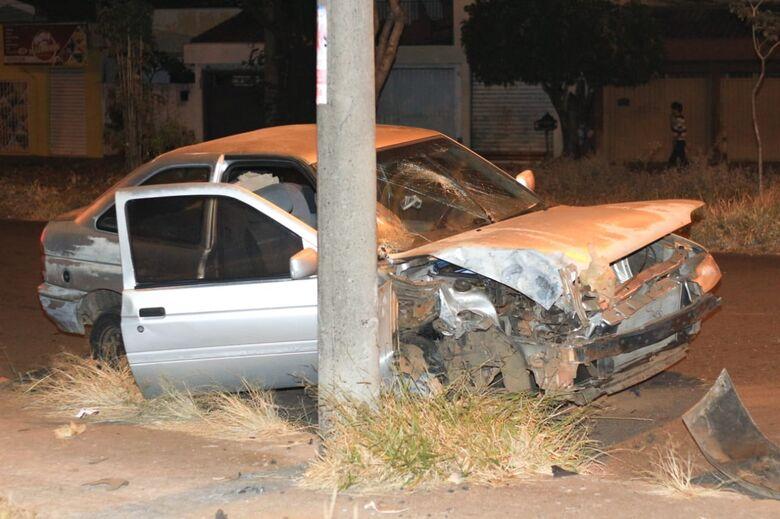 Motorista abandona carro após bater em poste - Crédito: Marco Lúcio