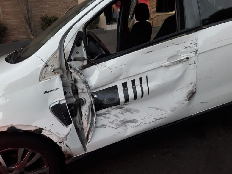 Colisão entre quatro carros deixa uma pessoa ferida na avenida São Carlos - Crédito: Maycon Maximino
