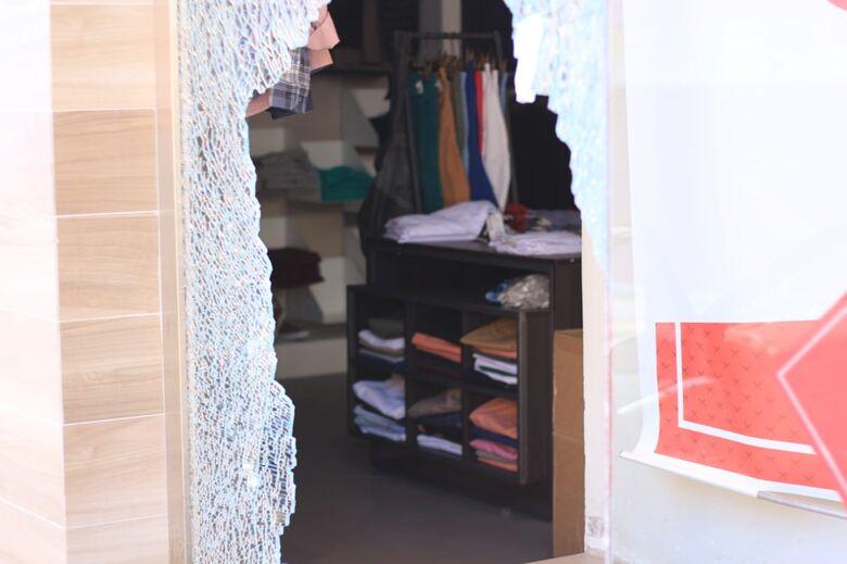 Bandidos se envolvem em colisão após furtar loja e fogem - Crédito: Marco Lúcio