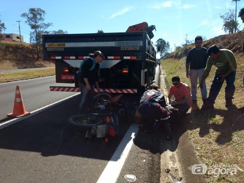 Motociclista bate em caminhão parado após ser fechado por carreta - Crédito: Luciano Lopes