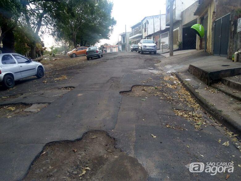 Moradores do Monte Carlo reclamam: operação 'tapa buraco' faz serviço pela metade - Crédito: Divulgação