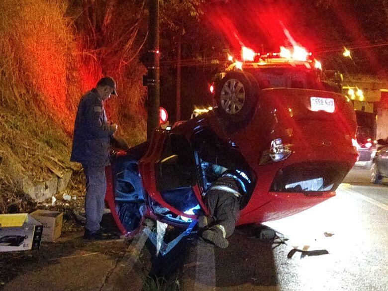 Carro capota em alça de acesso à rodovia Washington Luís - Crédito: Luciano Lopes