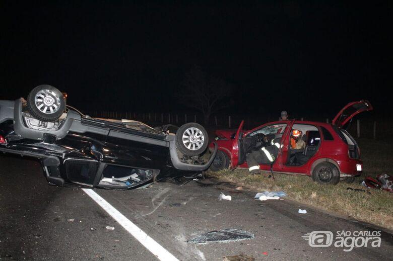 Mulher morre após violento acidente na SP-215; dois homens ficam feridos - Crédito: Marco Lúcio
