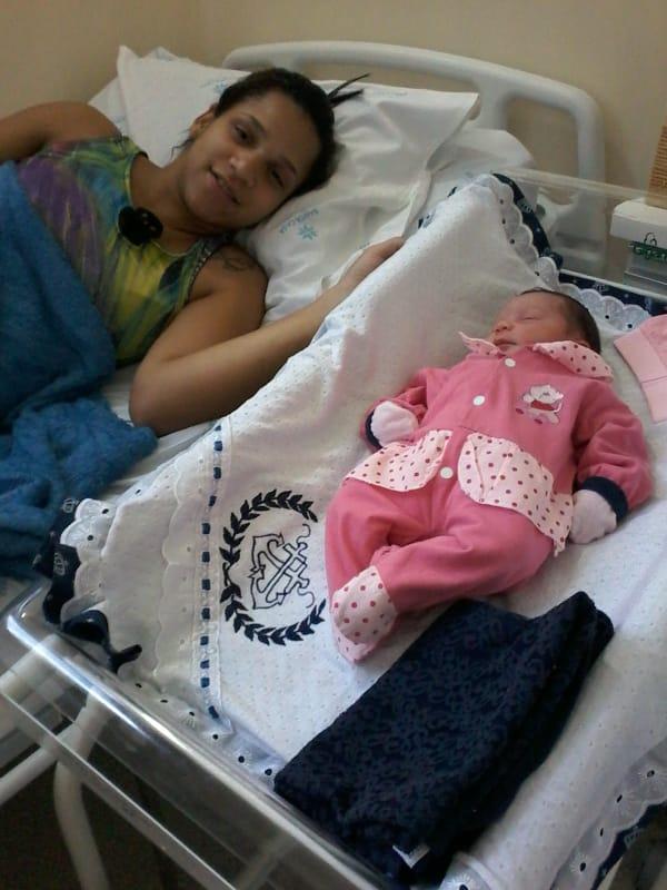 Casal busca ajuda da população: filha recém-nascida está sem roupinhas - Crédito: Divulgação