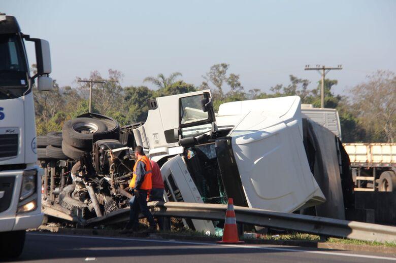 Dois caminhões e uma van se envolvem em acidente na WL em São Carlos - Crédito: Maycon Maximino