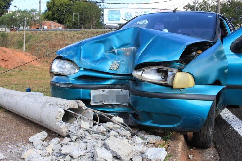 Volante trava e carro colide em poste na rotatória da UFSCar - Crédito: Marco Lúcio