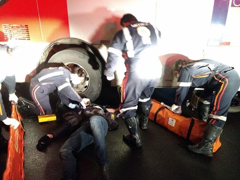 Jovem escapa da morte após ônibus passar sobre moto na Bela Vista - Crédito: Luciano Lopes