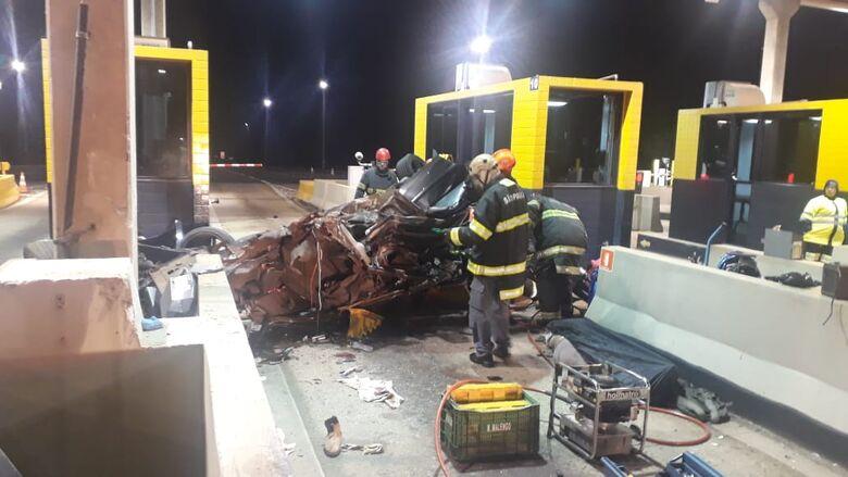 Após capotar, carro atinge cabine de pedágio e mata uma pessoa; três sofrem ferimentos graves - Crédito: Redes Sociais