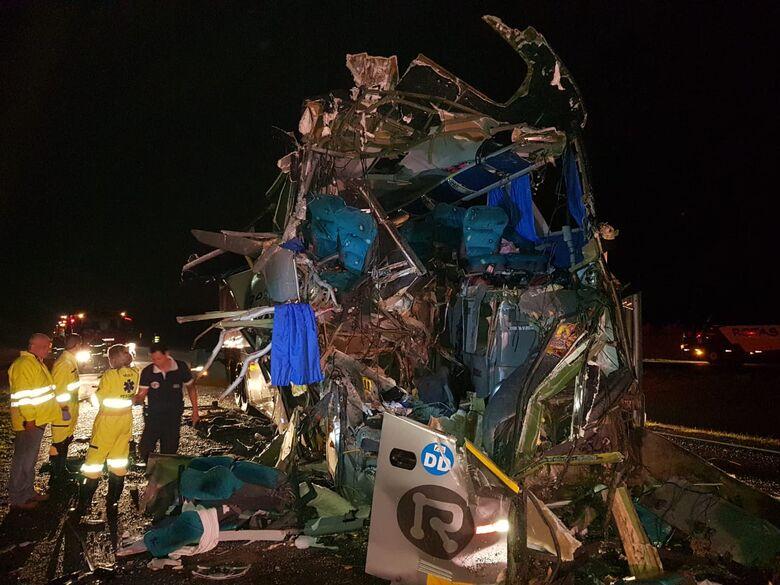 Acidente entre ônibus e caminhão mata duas pessoas e deixa 22 feridos em estrada da região - Crédito: Divulgação