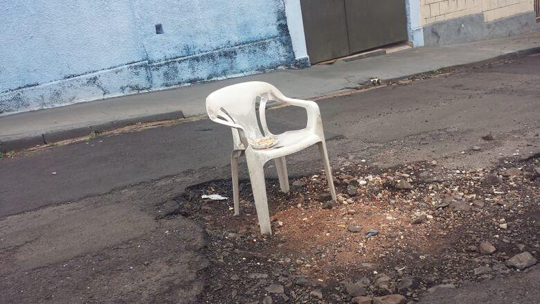 São Carlos tem até cadeira na rua para orientar motoristas - Crédito: Divulgação