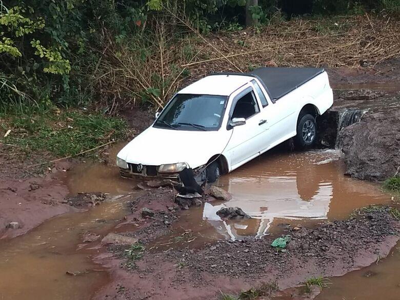 Chuva faz motorista perder controle e carro mergulha em córrego - Crédito: Divulgação