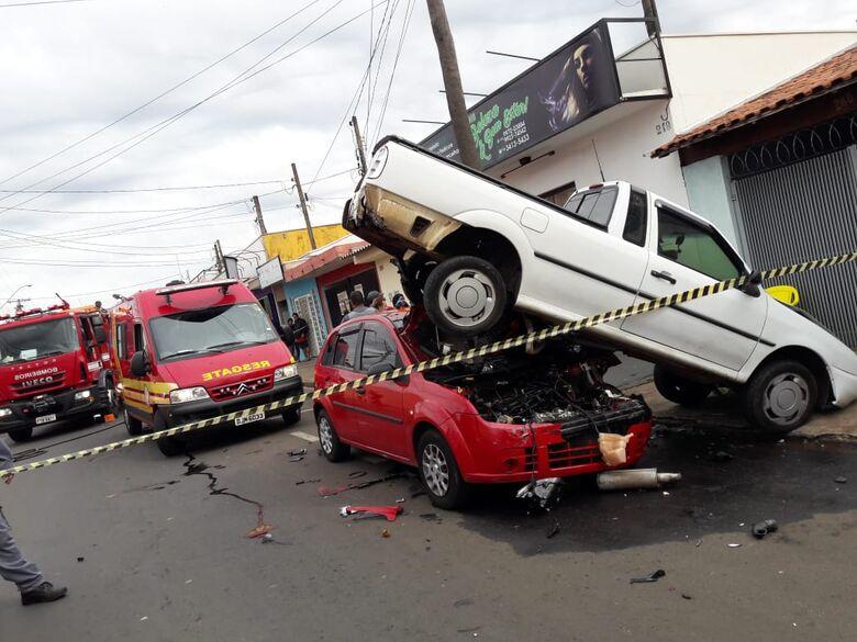 Carros ficam 'encavalados' após acidente no Fagá - Crédito: Marco Lúcio
