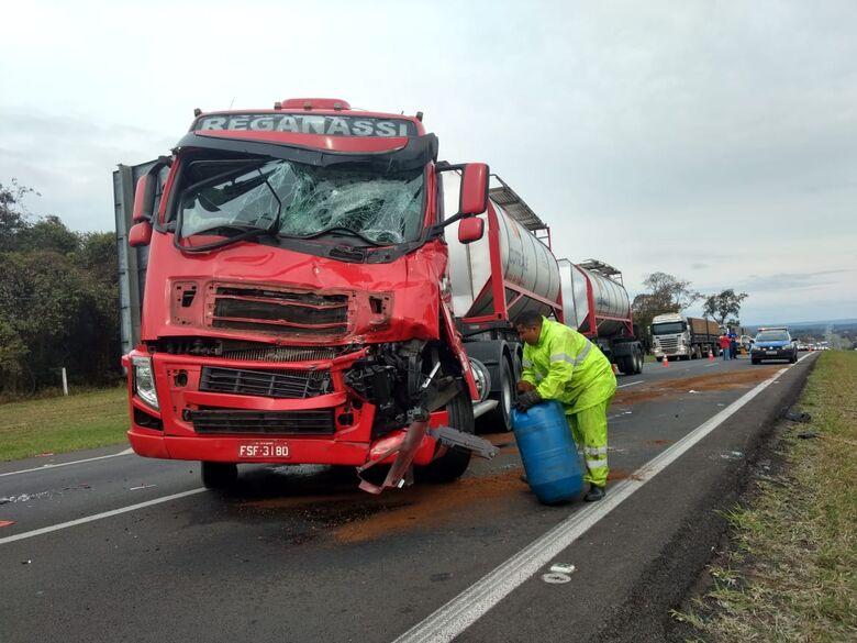 Colisão entre caminhões causa congestionamento na WL - Crédito: Luciano Lopes