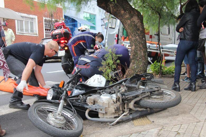 Após colisão, motociclista é arremessada em bueiro e fratura a tíbia - Crédito: Maycon Maximino