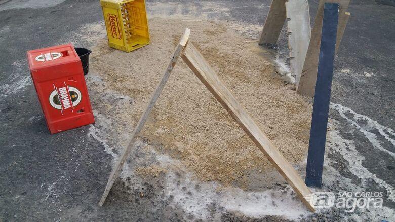 Na Vila Monteiro, população se une para tapar buracos na rua - Crédito: Divulgação