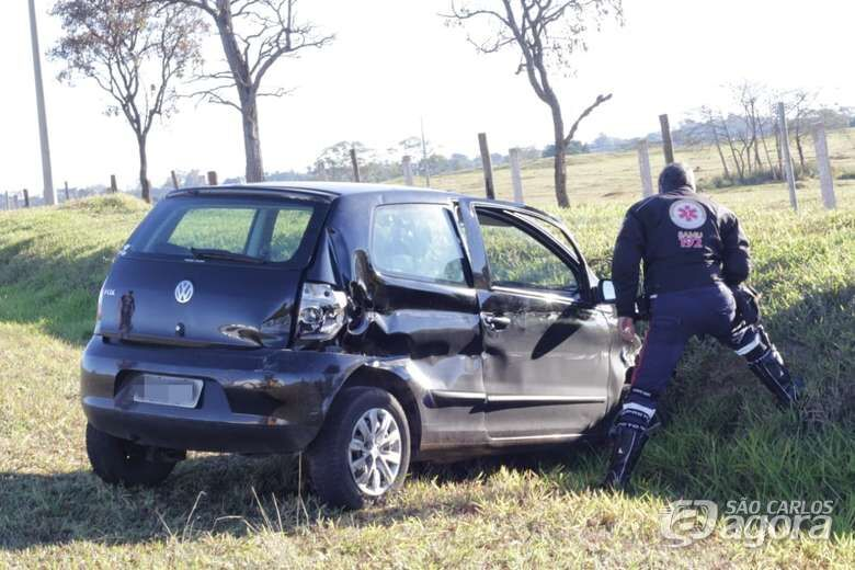 Motorista perde controle e colide carro em guard-rail - Crédito: Marco Lúcio