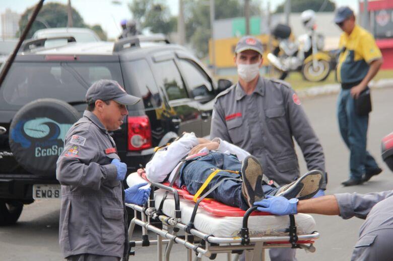 Motociclista colide na traseira de carro - Crédito: Maycon Maximino