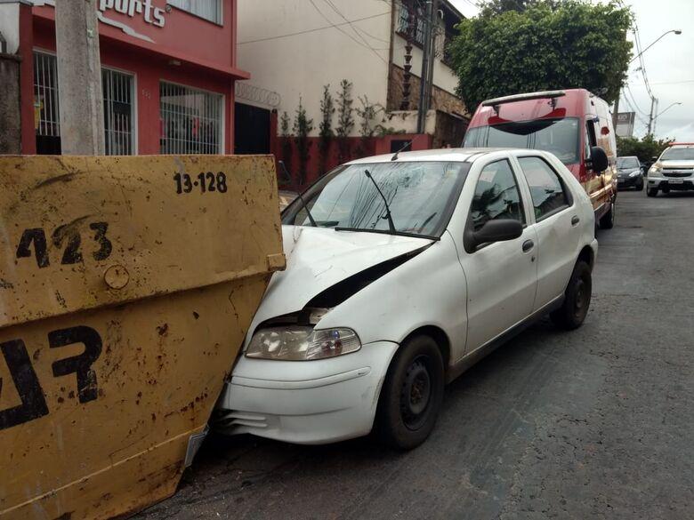 Motorista perde controle e acerta caçamba no Jardim Alvorada - Crédito: Luciano Lopes