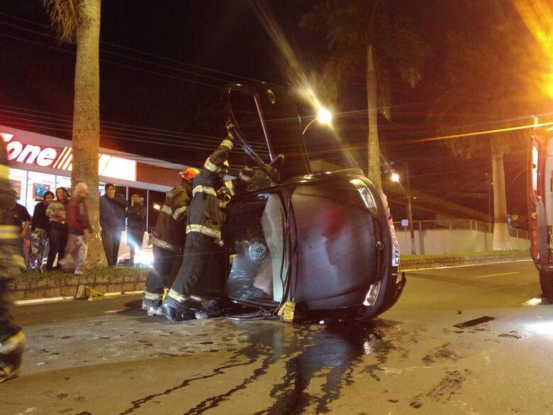 Carro tomba e deixa motorista ferida na Getúlio Vargas - Crédito: Luciano Lopes