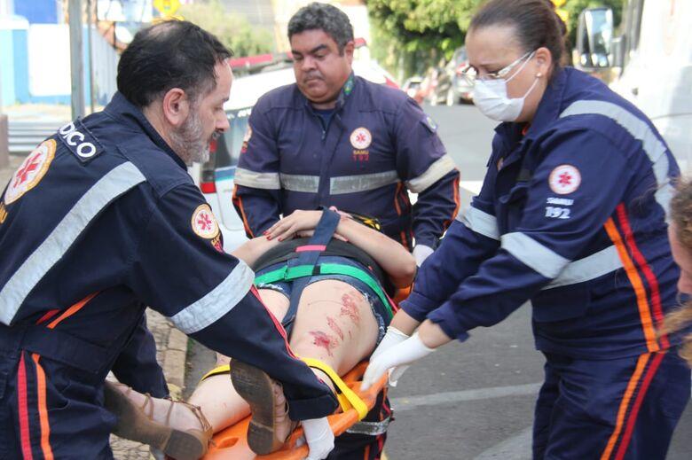 Jovem sofre acidente de moto na rua Santa Cruz - Crédito: Maycon Maximino