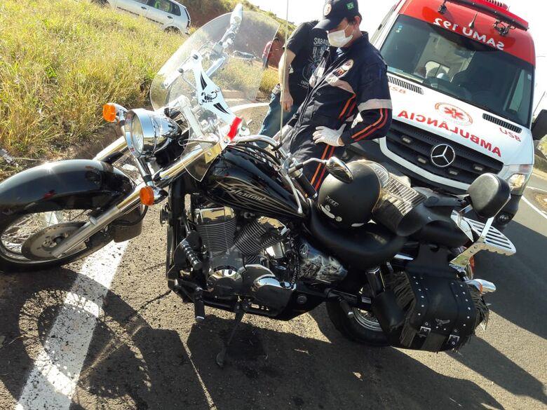 Motociclista sofre queda na rotatória da UFSCar - Crédito: Maycon Maximino