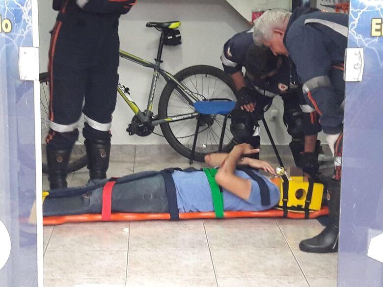 Ciclista cai após ser 'fechado' por veículo - Crédito: Maycon Maximino