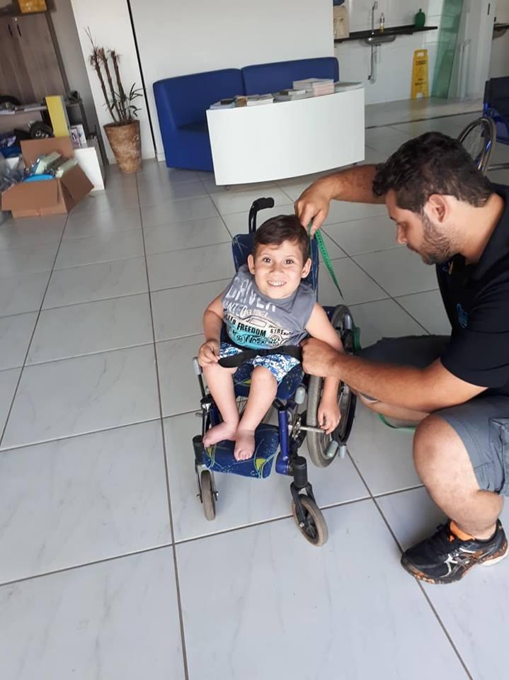 Joãozinho consegue a sua cadeira de rodas adaptada - Crédito: Divulgação