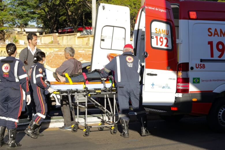 Casal fica ferido após colidir moto em carro - Crédito: Marco Lúcio