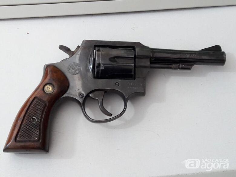 Homem escondia arma e munições no forro da casa - Crédito: Maycon Maximino