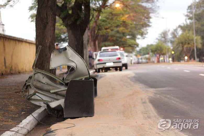 Semáforo é arrancado após colisão na Luís Augusto de Oliveira - Crédito: Marco Lúcio