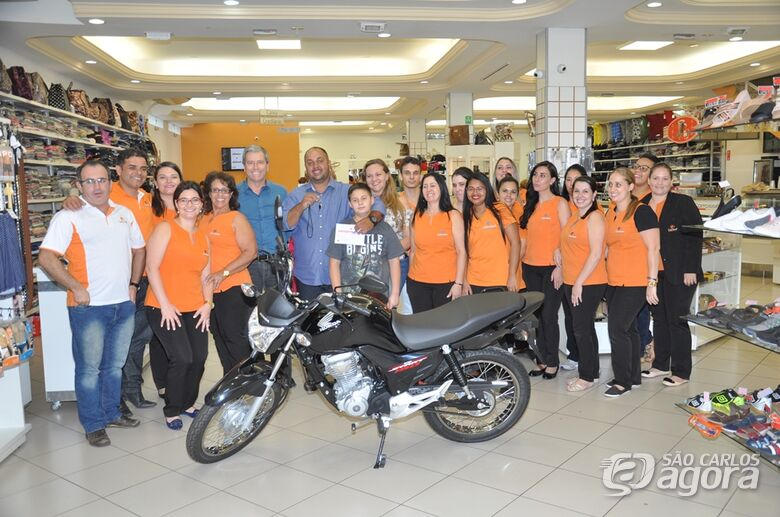 Acisc entrega moto ao ganhador da promoção do Dia dos Pais - Crédito: Divulgação