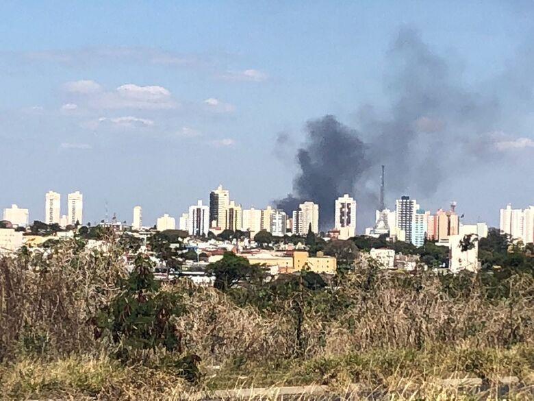 Incêndio atinge depósito de reciclável e cortina de fumaca impressiona - Crédito: Maycon Maximino