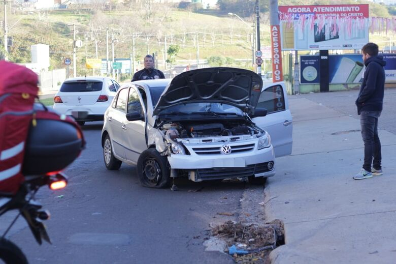 Roda trava e carro colide em poste no Botafogo - Crédito: Marco Lúcio