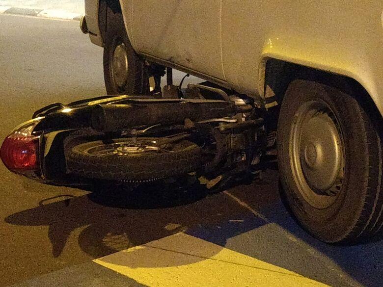 Moto vai parar embaixo de Kombi após colisão na Vila Prado -
