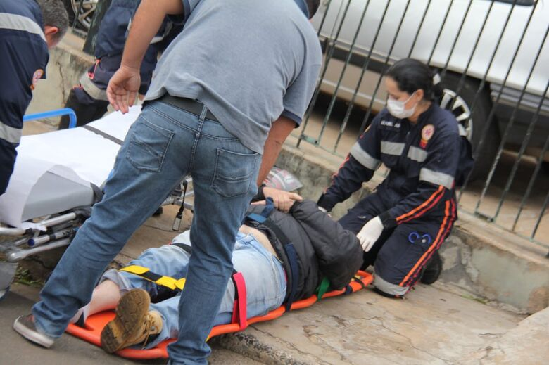 Mulher abre porta de veículo e provoca queda de motociclista - Crédito: Maycon Maximino