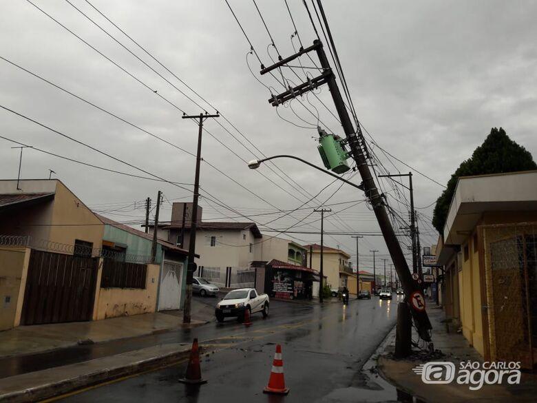 Durante conversão, caminhão sobe na calçada e carroceria danifica poste - Crédito: Maycon Maximino