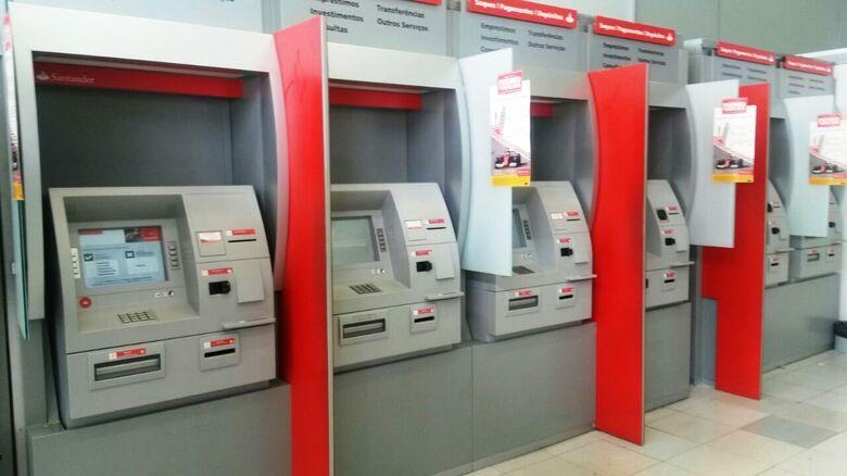 Ladrões furtam envelopes depositados em caixas eletrônicos no Santander - Crédito: Arquivo/SCA