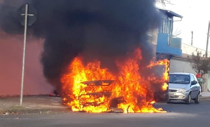 Incêndio destrói carro no Santa Felícia - Crédito: Adriano Gazzoli/leitor SCA