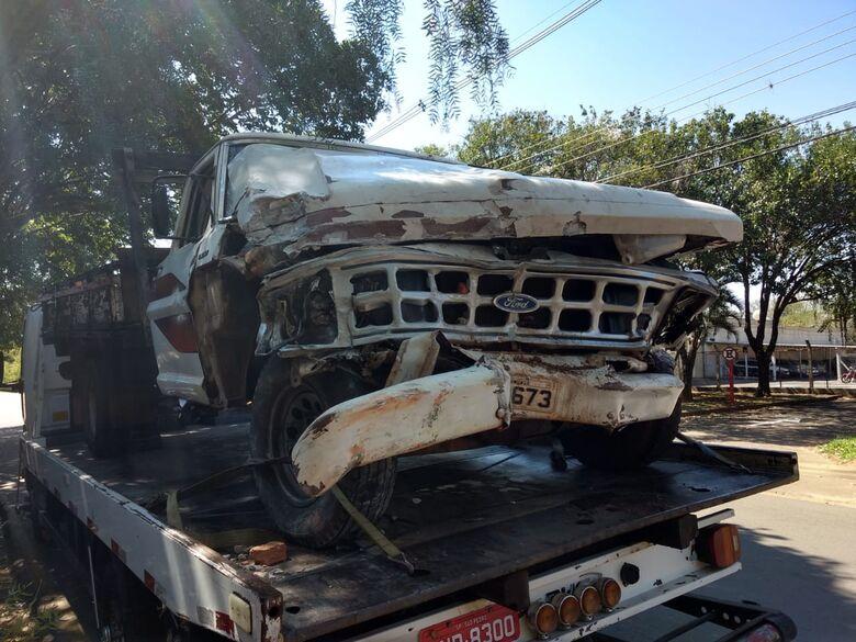 F1000 colide em muro e carro na Vila Prado - Crédito: Luciano Lopes