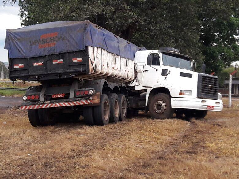 """Carreta fica em """"L"""" na SP-215 - Crédito: Maycon Maximino"""