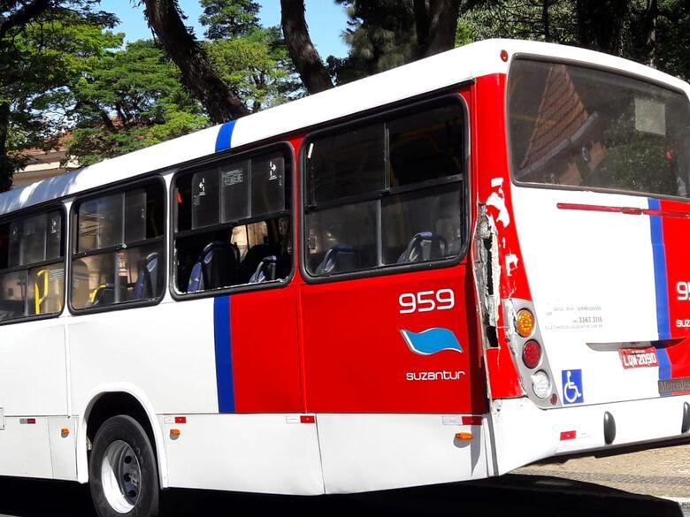 Porta de caminhão baú abre e atinge traseira de ônibus - Crédito: Maycon Maximino